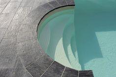 Margelle de piscine Ardoisière de PIERRA à l'aspect schiste avec une finition mat. http://www.pierra.com/exterieur/ardoisiere/