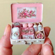 Miniature roses suitcase by Le Mini Di Claudia Miniature Crafts, Miniature Dolls, Miniature Tutorials, Clay Miniatures, Dollhouse Miniatures, Cute Crafts, Diy And Crafts, Fimo Kawaii, Crea Fimo