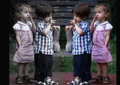 AUTORÍA: Respetar el derecho a no copiar algo que es propiamente tuyo, hace que la persona pueda ser uno mismo, sin el miedo de llegar a encontrar algún escrito u obra en la que aparezca otro autor con tus ideales personales plasmados. En la imagen, se pueden observar a dos niños en la que se crea el efecto de que, frente a un espejo se reflejan como imitando o copiando lo que la otra persona hace. Por tanto, es importante recordar esta idea desde el colegio y de sus consecuencias.