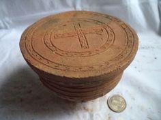 Tapa de cofre con la cruz griega grabada, cerámica de la cultura Panzenú según la clasificación de Ricardo Saldarriaga Gaviria en el libro EL PAISA Y SUS ORIGENES