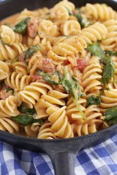 Cremige Spinat-Tomaten Nudeln A super delicious pasta recipe warms the heart! Creamy spinach and tomato pasta Yummy Pasta Recipes, Noodle Recipes, Healthy Dinner Recipes, Vegetarian Recipes, Chicken Recipes, Shrimp Recipes, Veggie Pasta Recipes, Egg Recipes, Pizza Recipes