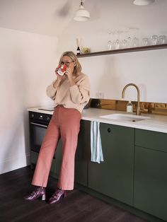 The best (and the most stylish) Affordable Kitchens - The Frugality Kitchen Cost, Wren Kitchen, Kitchen On A Budget, Kitchen Layout, Kitchen Design, Kitchen Ideas, Kitchen Stuff, Rustic Kitchen, Kitchen Interior