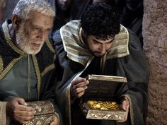 Free Bible images of the Wise Men following a bright star to bring gifts to the new born king. (Matthew 2:1-14)