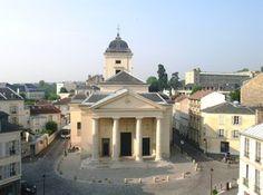 L'église Saint-Symphorien est la paroisse du quartier de Montreuil, construite aux frais du roi entre 1764 et 1770 dans un style néoclassique précoce. De la même époque, on peut voir à Versailles des chapelles remarquables, comme celle du lycée Hoche qui fut d'abord un couvent fondé par la reine Marie Leszczynska.