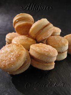 Alfajores à la confiture de lait - Originaire des pays d'Amérique Latine et d'Espagne, cette pâtisserie traditionnelle se compose de 2 biscuits réunis par de la confiture de fruits ou de lait, et parfois même par de la mousse au chocolat. Ils sont le plus souvent nappés de chocolat, de glaçage ou tout simplement de sucre en poudre.