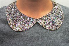 I've been seeing lots of Peter Pan collars on clothes lately. And lots of glitter. combines the two with a tutorial telling how to make a glittered Peter Pan collar. Oh my! Do It Yourself Mode, Do It Yourself Quotes, Golas Peter Pan, Peter Pan Necklace, Glitter Projects, Glitter Crafts, Diy Projects, Looks Style, Tutorials