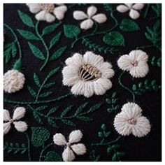 . 黒いリネンで、シックに♠️ . . . #embroidery #handembroidery #embroider #embroidered #handmade #woolstitch #handstitch #needlework #broderie #creator #flowerpattern #Floral #contemporaryembroidery #modernembroidery #刺繍 #刺しゅう #模様 #花模様 #ベルギーリネン #linen #black . #樋口愉美子の刺繍時間 より