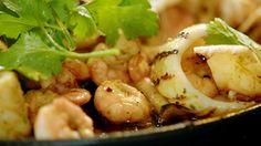 Camarões, lulas e cogumelos à moda asiática: receita de Jamie Oliver - Receitas - GNT