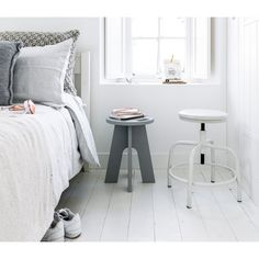 White bedroom with wooden floor, grey and white stool and bedding | Styling Kim Rossenberg | Photographer Sjoerd Eickmans | vtwonen may 2015 | #vtwonencollectie