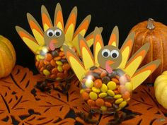 One of my favorite parts of Thanksgiving, aside from the food of course, is the crafts! Since my Halloween candy-filled ornaments were such a huge hit, I took i… thanksgivingtree Diy Thanksgiving Crafts, Thanksgiving Table Runner, Thanksgiving Treats, Thanksgiving Centerpieces, Thanksgiving Turkey, Holiday Crafts, Holiday Fun, Holiday Ideas, Kindergarten Thanksgiving