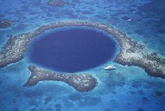 le Grand Trou bleu, un cénote submergé au large de la côte du Belize, en Amérique centrale. Profondeur : 124 mètres. Diamètre : 300 mètres.