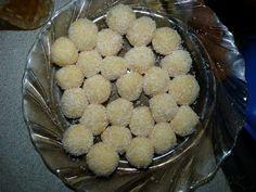 POTŘEBNÉ PŘÍSADY: 150 g másla 250 g cukru moučka 120 g kokosová moučka 1/2 konzervy slazeného mléka (salko) 1 vanilkový cukr kokosová moučka na obalení asi 60 g mandlí POSTUP PŘÍPRAVY: Máslo s oběma druhy cukru rozpustíme ve vodní lázni a za občasného míchání necháme vychladnout.