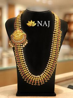 Check out the stunning traditional gold necklace and latest haram sets designs from the popular brand called Naj Jewellery. Indian Gold Jewellery Design, Indian Jewelry, Jewelry Design, Gold Bangles, Gold Jewelry, Gold Necklace, Diamond Jewellery, Gold Earrings Designs, Necklace Designs