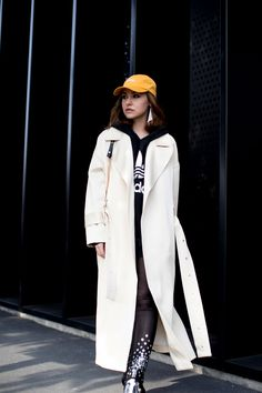 Milan Fashion Week Fall 2017 Street Style Day 1 - The Impression Cool Street Fashion, Milan Fashion, Monochrome Fashion, Street Style 2017, Jacket Style, Double Breasted, Duster Coat, Raincoat, Style Inspiration