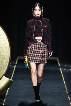 Versace Fall 2019 Ready-to-Wear Fashion Show Collection: See the complete Versace Fall 2019 Ready-to-Wear collection. Look 38 Versace Fashion, Versace Dress, Couture Fashion, Runway Fashion, High Fashion, Fashion Outfits, Womens Fashion, Fashion Trends, Crop Top Outfits