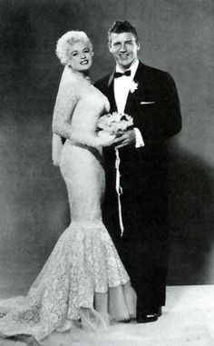 For her 1958 marriage to actor/bodybuilder Mickey Hargitay the voluptuous actress Jayne Mansfield highlighted her curves in a lace mermaid gown. (They are the parents of actress Mariska Hargitay). Old Hollywood, Hollywood Wedding, Hollywood Glamour, Hollywood Stars, Classic Hollywood, Jayne Mansfield, Celebrity Wedding Photos, Celebrity Couples, Celebrity Weddings