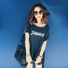 imjennim In a sundaze • Tee: @mate_the_label • Sunglasses: @quayaustralia • Jewelry: @vanessamooney