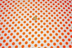 Popelín flamenco con estampado de lunares, es un tejido con cuerpo y sostenido. Fondo blanco y lunares naranjas. Ideal para disfraces y confección de trajes de flamenca, vestidos de sevillana, faldas y todo tipo de complementos y aplicaciones de moda flamenca para la feria de Abril y vestidos para la fiesta del Rocío.#popelín #flamenco #carnaval #estampado #lunares #blanco #naranja #confección #faldas #complementos #disfraces #tela #telas #tejido #tejidos #textil #telasseñora #telasniños