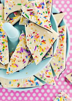 next bday someone has, 'm totally making cake batter + sprinkle bark! the difference from regular chocolate bark? mixing in some dry cake batter w/the white chocolate! Bbq Dessert, Oreo Dessert, Dessert Recipes, Fun Recipes, Spring Recipes, Amazing Recipes, Dessert Table, Recipe Ideas, Mini Desserts