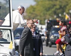 Una niña hispana logra entregar al papa una carta en defensa de inmigrantes  http://www.elperiodicodeutah.com/2015/09/noticias/estados-unidos/una-nina-hispana-logra-entregar-al-papa-una-carta-en-defensa-de-inmigrantes/