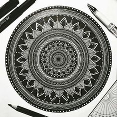 1001 mandalas : This mandala is very clean, i am very impressed by the level of precision in it. Also the contrast of B&W in this mandal is perfect ! IN SHORT I LIKE : The level of details / The B&W contrast / and the line work Mandala Doodle, Mandala Art Lesson, Mandala Artwork, Mandala Painting, Mandala Tattoo, Doodle Art Drawing, Mandala Drawing, Drawing Step, Art Drawings Beautiful