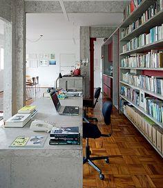 As bancadas de concreto são alinhadas e têm altura de acordo com o uso: a do escritório, 70 cm, e a da cozinha, 90 cm. Isso foi possível após a integração dos ambientes na sala, com a reforma do arquiteto Eduardo Chalabi