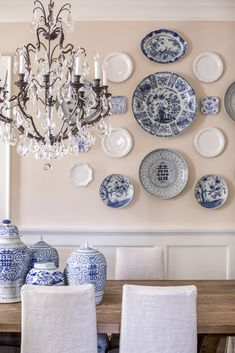 An Aerin Lauder Elle Decor spread with blue and white ginger jars on the walls. decor blue kitchen Tour A Luxurious And Bright Southern Home Blue White Decor, Room Decor, Dining Room Wall Decor, Blue Decor, Plates On Wall, White Decor, Dining Room Walls, Elegant Decor, Home Decor