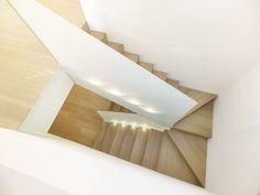 Airy MP Apartment by Burnazzi Feltrin Architetti and Paolo Pegoretti Architetto - Haus - Escadas Stairs Architecture, Interior Architecture, Interior Design, Narrow House Designs, Halls, Staircase Makeover, Modern Stairs, Interior Stairs, House Stairs