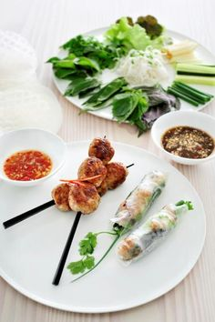 Nem Nuong (balletjes van garnalen en varkensvlees) http://njam.tv/recepten/nem-nuong-balletjes-van-garnalen-varkensvlees