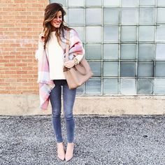 grey skinny jeans outfit with pastels