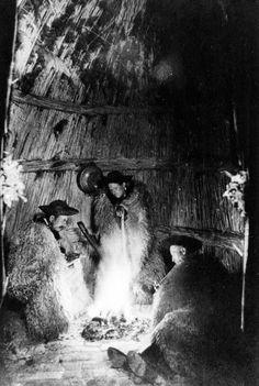 Vadas Ernő: Tűz körül subában ülő pásztorok a vasalóban 1937 Old Photographs, Central Europe, Country Life, Budapest, Past, Old Things, History, Retro, Artist