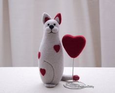 Needle felted animal - Needle felted cat and heart - Cat miniature - Soft sculpture - Fiber art -Home decor - Gift