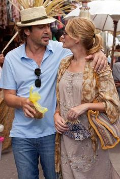 """Julia Roberts and Javier Bardem in """"Eat Pray Love"""" Javier Bardem, Elizabeth Gilbert, Come Reza Ama, Julia Roberts Hair, Movie Couples, Happy Couples, Eat Pray Love, Wide Brimmed Hats, Romantic Movies"""