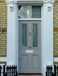 Victorian door with yellow London brick. Victorian Front Doors, Grey Front Doors, Exterior Front Doors, Front Door Colors, Front Doors With Windows, Edwardian House, Antique House, Victorian Terrace, Victorian Homes