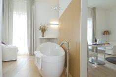 Una vasca da bagno in una camera www.blog.concretasrl.com/castello-di-santa-vittoria/ - www.concretasrl.com/view/progetti/hotel-castello-di-santa-vittoria