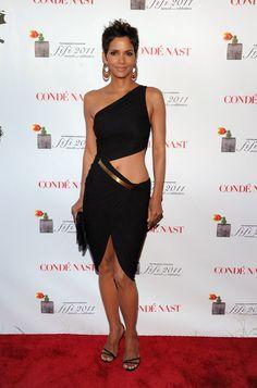 Pin for Later: Würdet ihr eure Mutti diese Outfits tragen lassen? Halle Berry zeigt Bauch