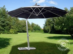 Luxurious hanging parasol in modern design with strong aluminium frame and pole with winding mechanism. Large high quality parasol that provides extended shelter. Vent Violent, Parasol Base, Esschert Design, Sun Umbrella, Parasols, Design Moderne, Modern Design, Patio, Outdoor Decor