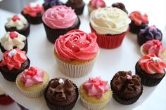 Cupcakes That Won't Put on the Pounds Lo-cal cupcakes. but Cake Boss recommended them. Gourmet Cupcakes, Low Calorie Cupcakes, Burger Cupcakes, Cupcake Recipes, Delicious Cupcakes, Pasteles Cake Boss, Bolos Cake Boss, Mini Cakes, Cupcake Cakes
