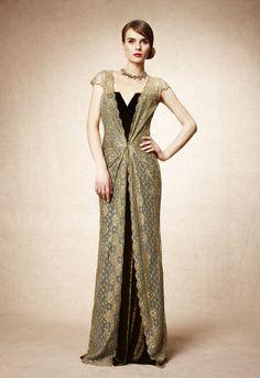 Uno de los vestidos que más me gusta es este diseño largo de Pedro del Hierro. Un modelo muy femenino de encaje y terciopelo, muy romántico, sólo apto para las fiestas más sofisticadas.