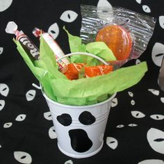 It's a --*gasp*-- NON-SEWING post! I love party favors! Today I want to show you some cute, CHEAP Halloween party favor buckets: They a. Halloween Goodie Bags, Halloween Baskets, Halloween Class Party, Halloween Party Favors, Cheap Halloween, Halloween Goodies, Halloween Birthday, Holidays Halloween, Halloween Treats