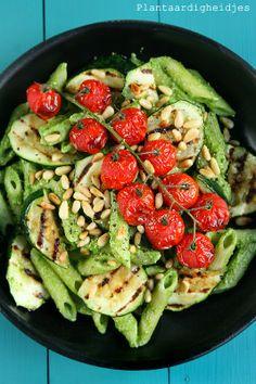 Plantaardigheidjes: Penne met raapstelenpesto, courgette en tomaatjes uit de oven