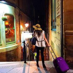Natural- Beautiful! Life on the street in #Edinburgh #uk. Olha que cena linda na rua de Edimburgo. #reinounido#escocia#aroundtheworld#inglaterra#irlanda#asia#igersaustria#igersvienna#chapéu#welovevienna#viva#ig_vienna#architect#london#paris#internacional#normallife#moda#luxus#viaje#vacation#mala#penaestrada#wanderlust# by kelypelomundo