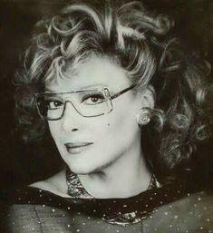 Όταν η Μάρω Κοντού «σαμποτάρισε» την πρόσληψή της στην Εθνική Τράπεζα!!! Η ηθοποιός Μάρω Κοντού γεννήθηκε τον Ιούνιο του 1934 στην Αθήνα. Μεγάλωσε στο Κουκάκι με τη μητέρα, την αδελφή και τη γιαγιά της που ήταν Σμυρνιά, αυστηρή και συντηρητική. Σε ηλικία δύο ετών έχα� Old Greek, Greek Beauty, Important People, Cinema, Actresses, Actors, Portrait, Elegant, Celebrities
