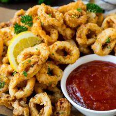 """foodffs: """"This fried calamari recipe is tender pieces of squid soaked in buttermilk, then coated in seasoned flour and deep fried to golden brown perfection. A quick and easy appetizer option that's. Hot Appetizers, Quick And Easy Appetizers, Seafood Appetizers, Seafood Recipes, Appetizer Recipes, Recipes Dinner, Drink Recipes, Calamari Rings Recipe, Calamari Recipes"""