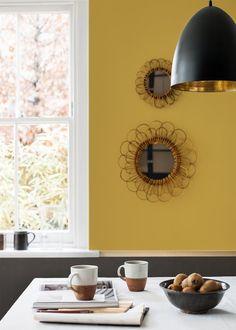 Une cuisine où l'ocre doré resplendit