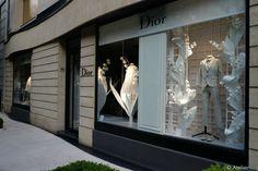 """Réalisation des vitrines mondiales Christian Dior """"Lily of the valley"""" / Décors en papier / Fleurs (muguet) en papier / paper - Atelier2A / Objets uniques et en série, Sculptures, Décors de vitrines, Visual Marchandising. Atelier 2A Model Maker à Paris"""
