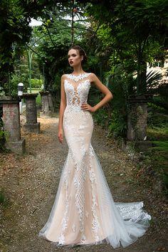 El lugar donde se celebre la boda también dictará que tipo de vestido será más apropiado para la ocasión. No usarías un vestido de novia cortito y sin mangas para casarte en una catedral gigantesca.