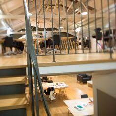 """Visite guidée de l'agence """"LGM"""" : un garagede Montmartre reconverti en open spaces et enbibliothèque. Indépendante et fière de l'être, l'agence Les Gros"""