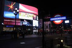Piccadilly Circus é um bom lugar pra ver o movimento da cidade, pra ver gente cantando, dançando, fazendo mágica, fazendo compra...é um lugar bom pra qualquer hora, mas a noite é tão iluminada que fica muito mais legal