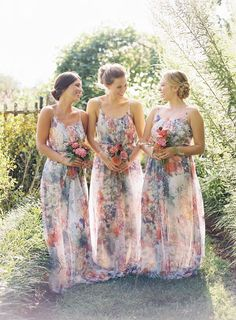 Love these floor length garden inspired #bridesmaiddresses for an outdoor #vineyard wedding with simple #bridesmaidbouquets